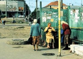 Rentnerinnen an der Bushaltestelle